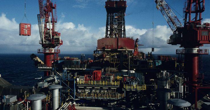 Tipos de equipos de perforación de petróleo. Una plataforma de perforación de petróleo es una estructura que alberga equipos, tales como la torre de perforación, tubería, brocas y los cables necesarios para extraer el petróleo debajo de la superficie terrestre. Las plataformas petroleras pueden ser de perforación mar adentro en el fondo del océano o terrestres. A pesar de que ambas ...