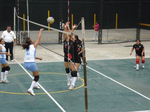 Juegos de preparació, aqui bloqueando con mi hermosa y querida amiga Vane, rumbo al Nacional de Volibol, Vallarta 2008.