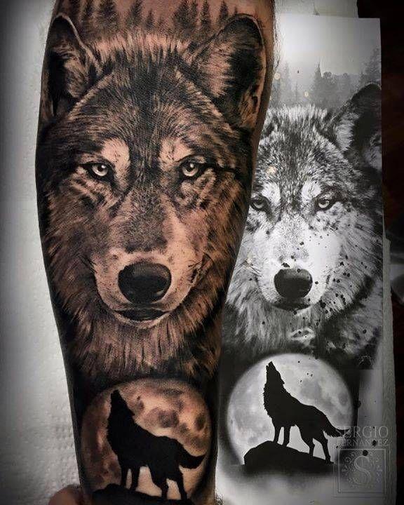 Tatuaje de un lobo de estilo black and grey en el antebrazo.