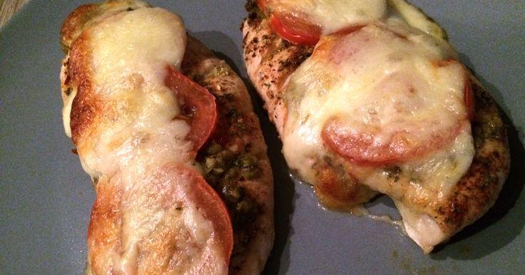Ingrediënten 4 kipfilets (ca. 600 gr) Mozzarella 1 tomaat Basilicum(blaadjes) Kipkruiden naar smaak Bereiding Verwarm de ov...
