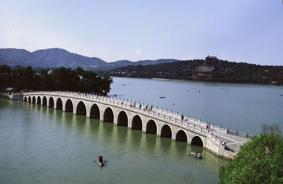 The Seventeen Arch Bridge over Kunming Lake The palace buildings themselves sat mainly on and around the hills that rose above the lake. The Qianlong Emperor set out the palace buildings and gardens into three main areas. The first area contained the Hall of Benevolence and Longevity, where political advisors and administrators worked. The second area was the residential area, having palaces for the emperor and his family. The third area was for leisure and recreation.