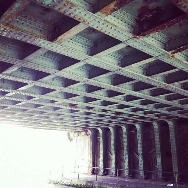 sous le pont près de la Mairie de Pantin