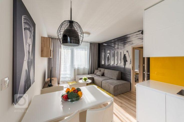 Optimistický interiér malého bytu obsahuje minimum zbytečností, proto působí čistě a prostorně. Velkoplošné fototapety z portfolia majitele zvětšují měřítko…