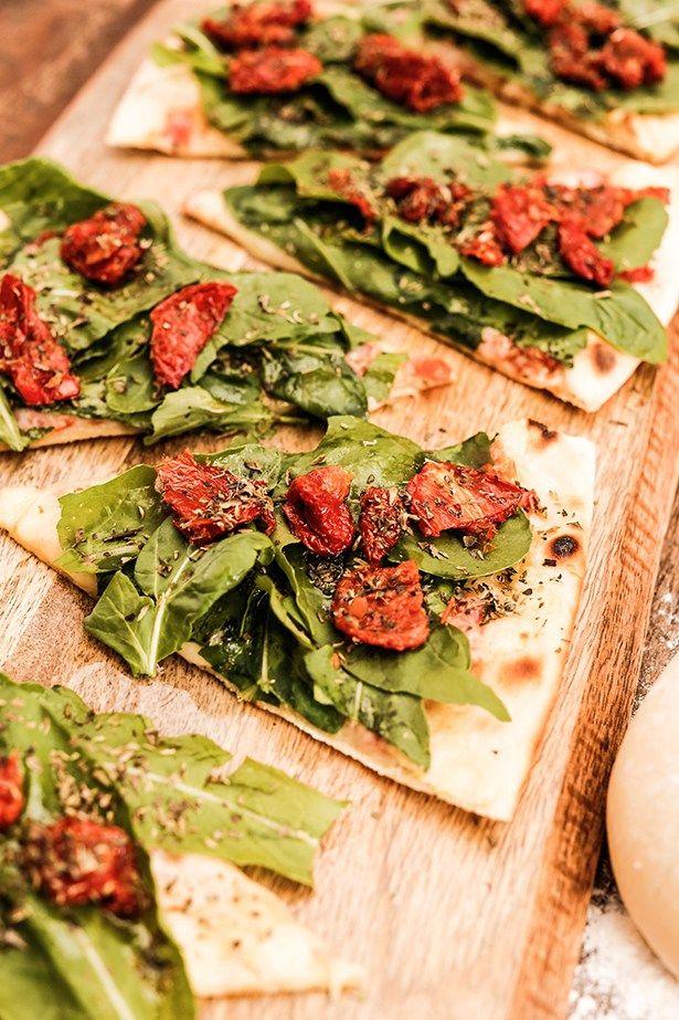 Rúcula com tomate seco, é uma versão doBuffet Felíssimoleve e cheia de sabor. Costumamos servi-la numatábua retangular em madeira rústica.