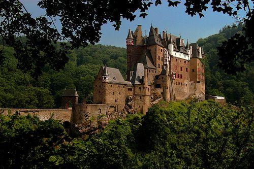 Castelo de Eltz, Alemanha.O Castelo Eltz fica situado nas colinas entre Koblenz e Trier, na Alemanha Ocidental. É um dos mais bem preservados castelos medievais da Alemanha e tem sido propriedade da mesma família por mais de 800 anos. Visitas guiadas ao castelo são recomendáveis e custam € 8,00 para adultos e € 5,50 para crianças. O castelo fica aberto de abril a novembro e pode ser visitado diariamente das 09h30 às 17:30.