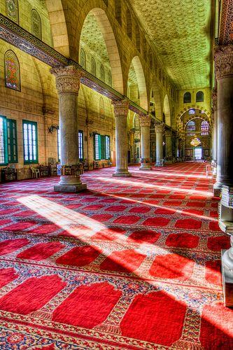 al-Aqsa Mosque Jerusalem Al-Aksamoskee 674. Van de oorspronkelijke moskee is niet veel bewaard gebleven. In 1099 werd die verwoest door kruisvaarders. Een deel werd vervolgens overgedragen aan de tempeliers.
