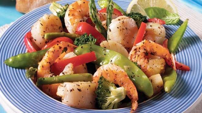 Sauté de pétoncles, crevettes aux légumes au gingembre et citron   Recettes IGA   Wok, Fruits de mer, Recette facile