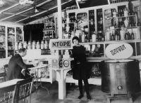 Η πρώτη γκαρσόνα της πόλης, στο Ντορέ το 1917.