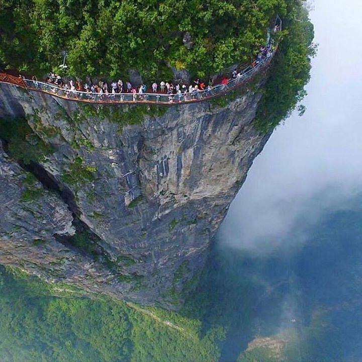 Это гора Тяньмэнь в Китае и стеклянная тропинка 😊 Вы бы прогулялись там в поднебесной стране и в поднебесной горе )
