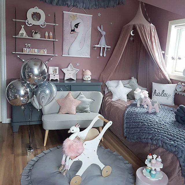 Se det fine teppet som ligger på senga fra flinkeste @lillstrumpa.nu 👆💖 Ballongene fra @festligeting lever enda 🎈👏 Nyt Søndagskvelden skjønne dere 😙 - /inneholder reklame og sponset produkter/ #lillstrumpa #teppe #festligeting #ballonger #helliumballoon #balloons #fjærgirlander #dekor #littlecrew_woodentoys #dollcarrier #doll #lykkelandas #historedours #swan #svane #faenerys #poster #prints #kinderzimmer #kidsroomdecor #kidsroomart #kidsootd #barnrum #barnerom #nursery #kidsinterior…