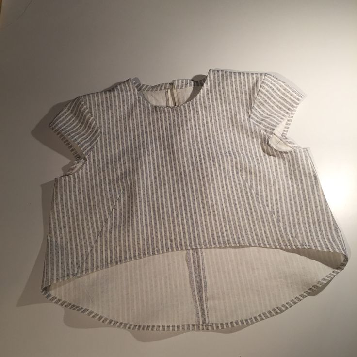 Burdastyle cropped top. i worked 2nights and done. Love the darts and mini cap sleeves. brezzzy~~