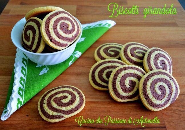 Facili da preparare e belli da vedere eccoli sono i biscotti girandola, gustosi biscotti di frolla bicolore aromatizzata alla vaniglia. Vi possono sembrare difficili da fare ma non lo sono assolutamente…