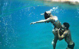 Na reta final da gravidez, Sophie Charlotte posa submersa com Daniel de Oliveira