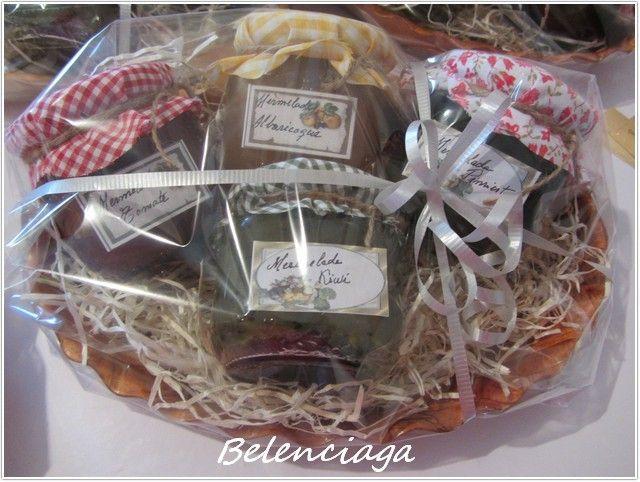 Para equilibrar un poco las cosas, una propuesta de regalo diferente a las galletas, que igual no es tan bonito, pero es infinitamente más delicioso: una cesta de mermeladas caseras. También podemos personalizarlas tanto por las preferencias del destinatario...