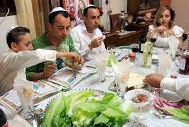 Los judíos celebran la Pascua, para conmemorar su escape del cautiverio de manos de los egipcios   El pésaj judío se origina en la historia contada en la Torá, en la que Yahvé mató a todos los primogénitos de los egipcios. Esta era la última de las plagas enviadas por Dios en contra del Faraón de Egipto y su pueblo por su negativa de liberar a los hijos de Israel.