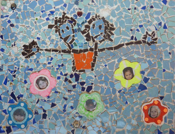 Mozaïek van het schoollogo, groepswerk zesde leerjaar - Mosaic of the schoollogo