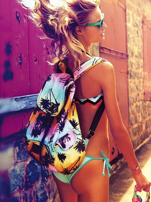 Combina un bikini verde menta con una mochila veraniega colorida. ¡De seguro llamarás la atención!