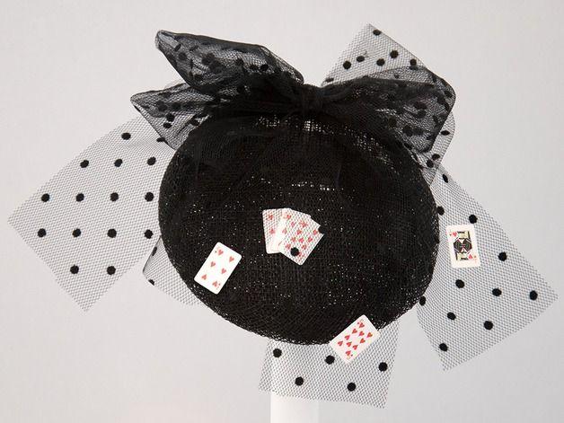 Einzigartiger Fascinator Schwarze Hutbasis mit Schleifen aus Tupfentüll auf dem sich Miniatur - Spielkarten befinden. Gemacht für die Spielerin in Dir. Als Highlight für dein Partyoutfit, interessante Abendgarerobe, den Spieleabend der Zockerladys, perfekte Ergänzung zum Pokerface,das Burlesque - Event, Festival ...whatever