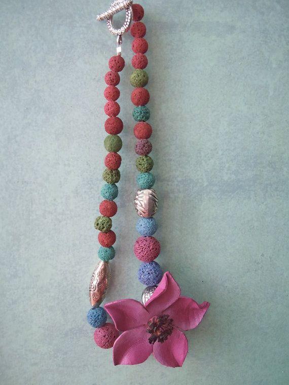 Collana colorata con spugna di corallo e fiore di cuoio
