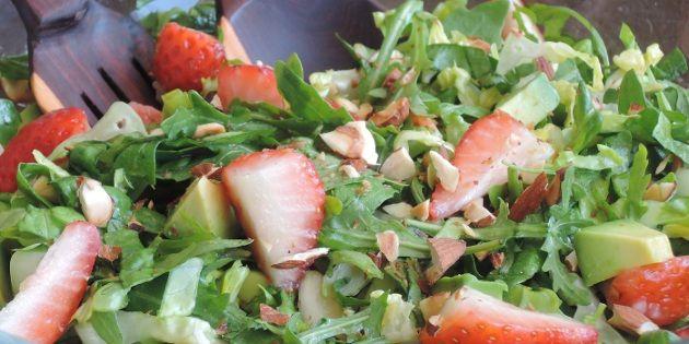 Flotte røde jordbær pynter denne friske og velsmagende salat, og den cremede avocado, den sprøde rucola og de knasende mandelstykker skaber en harmonisk balance.