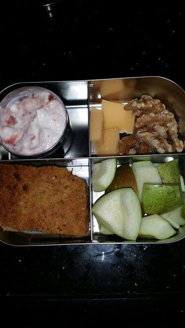 Yoghurt met jam, kaas, walnoten,  worteltaart en peer