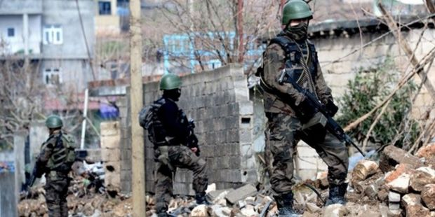 """Uluslararası Af Örgütü, Türkiye'nin güneydoğusunda Kürt kenlerinde yaşanan sokağa çıkma yasakları, çatışma, operasyon ve hak ihlallerine ilişkin yaptığı açıklamada, """"Güvenlik operasyonları, 90'lı yıllarda görülen yaygın insan hakları ihlallerine..."""