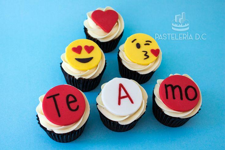 Cupcakes con diseño de amor y emoticones / Love and emoji cupcakes.