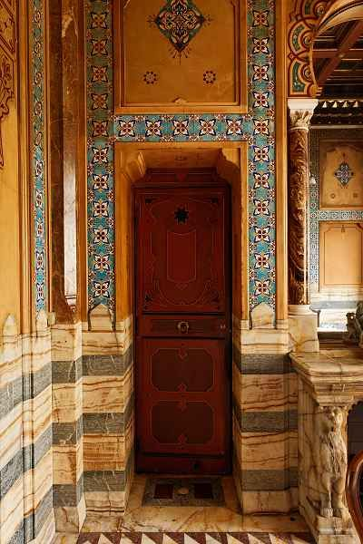 La salle de bains de la marquise de Païva est la seule pièce de style oriental de l'hôtel. Une vue d'intérieur de Pierre Manguin nous en donne l'ambiance. La baignoire, taillée d'une pièce dans un énorme bloc d'onyx d'Algérie, est surmontée de trois robinets, démontrant la modernité de l'équipement sanitaire. Certains esprits railleurs affirmaient que le troisième robinet amenait le champagne ! Il s'agissait probablement plutôt d'un mélangeur. À côté se trouvait un meuble de toilette…