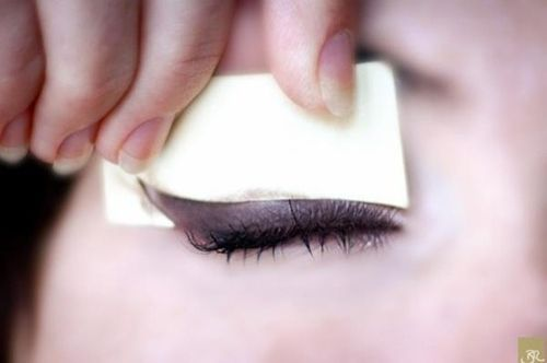 Make an eyeliner template with a post-it note. | 29 Morning Shortcuts That Will Save You Time