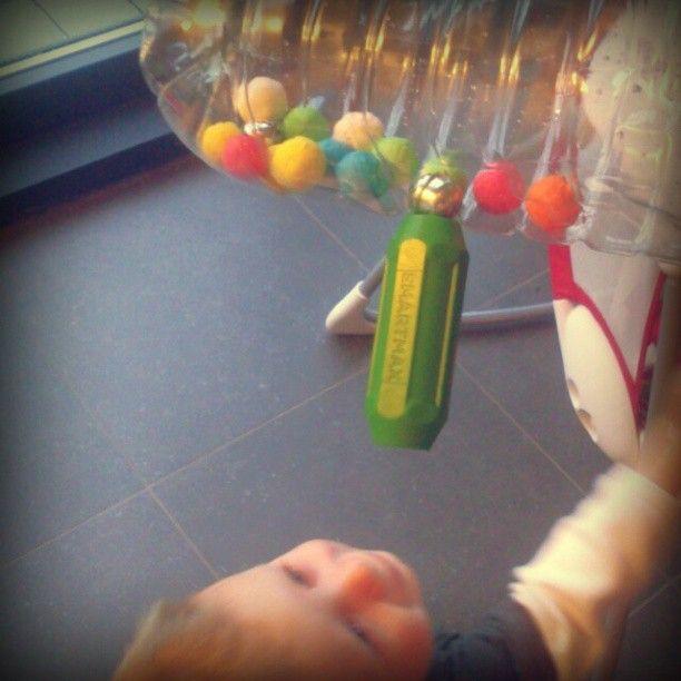 Een lege fles, wat 'blaasbolletjes' uit papier (feestartikelen ) , enkele kattenbelletjes, een magneet. Dolle speelpret verzekerd. Rammelaar voor de kleinsten, oefenen van magnetisme / motoriek voor grotere kinderen