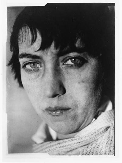 Abbott, Berenice (1898-1991), photographe américaine, célèbre pour son travail documentaire sur New York, pour ses prises de vue originales en sciences physiques et pour sa sauvegarde du fonds Atget qu'elle a racheté en 1928.