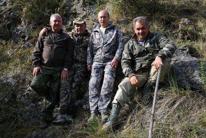 Владимир Путин и Сергей Кужугетович Шайгу на рыбалке.