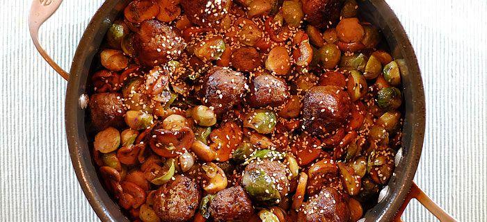 Deze roergebakken paarse spruitjes met champignons en gehaktballetjes zijn heerlijk met krokant gebakken aardappels. Hier vind je het lekkere recept.