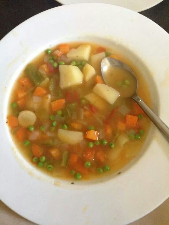 Vegetable soup - FREE on Slimming World - 1 x onion, green pepper, leek - 2 x chopped tomatoes (seedless), potatoes, Knorr stock cubes (chicken & vegetable) - 3 x carrot - Salt to taste - Boil for 35 mins then chuck in half a cup pf frozen peas 5 minutes before serving.