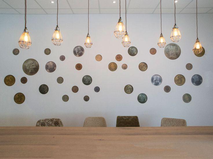 Muntenwand van oude guldens en centen met een knipoog naar de smokkelperiode in Overdinkel.  Interieurontwerp door Evelien Lulofs voor 't Trefhuus: het Kulturhus in Overdinkel.