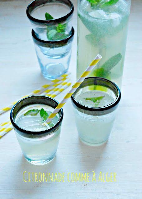 La citronnade à la menthe pour un litre de boisson 5 jus de citrons bio une grosse poignée de menthe fraiche 2 cuillères à soupe de sirop d'agave ou 3 cuillères à soupe de sucre en poudre. 1 litre d'eau plate ou gazeuse si vous préférer une limonade.
