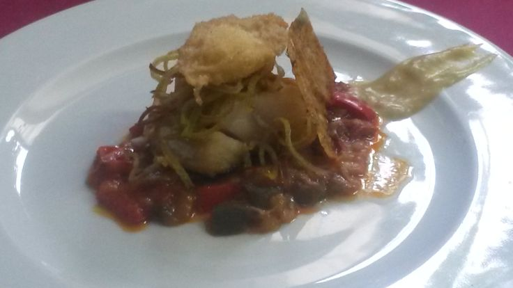 Bacalao confitado sobre concasé de verduras, huevo en tempura y teja marinera.