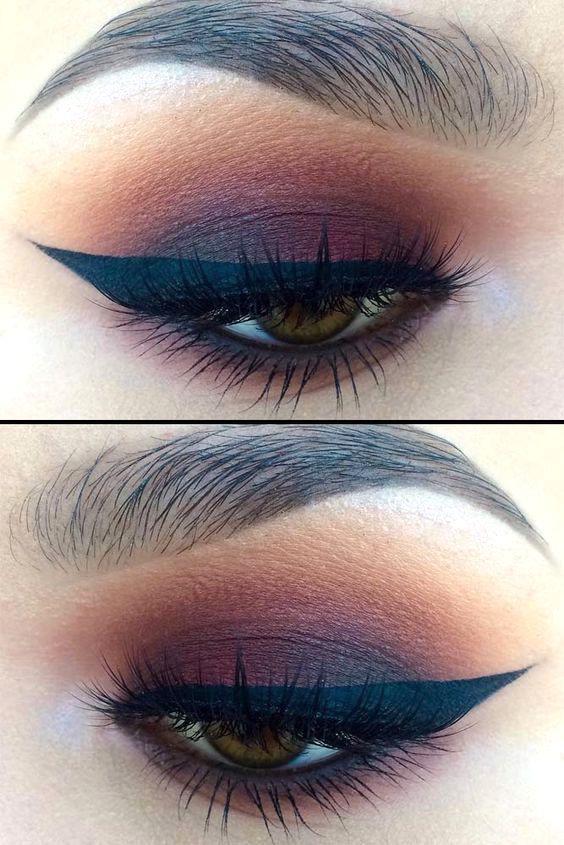 Kleiner burgundischer Augen-Make-up-Look mit Liste der Make-up-Produkte, geflügeltem Eyeliner …
