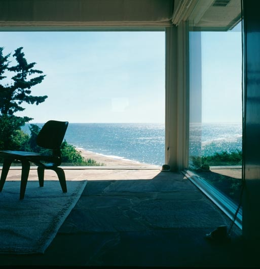 New York based architect Vincent Wolf built a summer house on the slopes of Montauk on Long Island.