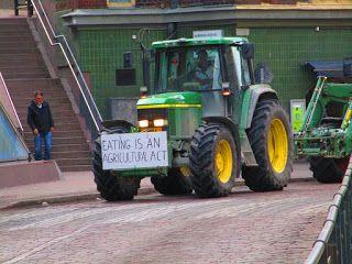 Satu Ylävaaran grafiikkaa & taidetta: Traktorimarssi