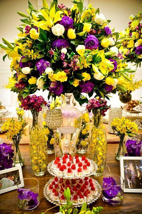 Decoração de casamento em amarelo e roxo: mesa de doces e arranjo de flores no buffet Palazzo Oliva.