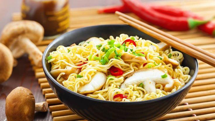Kast krydderposen og legg til magre proteiner og grønnsaker - så er plutselig nudlene et mye bedre måltid. (Foto: Shutterstock)