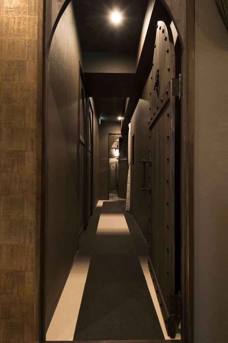 エステ・マッサージサロン/モロッコスタイルMOROCCO STYLE:Beauty treatment and massage saloon/FATIMA:entrance  moroccan style wood door:集成材、装飾ビス(KWD制作)  床:タイルカーペット(サンゲツ)