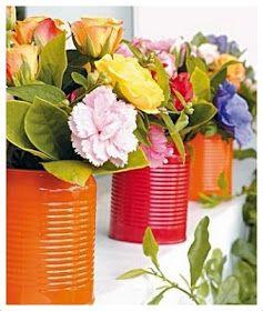 Latas metálicas pintadas de colores primaverales.