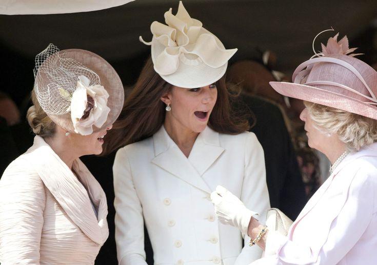 Все дело в шляпке » модные тенденции : Завершая «шляпный обзор», нельзя отдельно не сказать о традициях английского королевского двора. Вот уж кто знает толк в шляпах! На крупные семейные торжества, приемы и, разумеется, конные скачки все члены королевской семьи и все придворные традиционно надевают свои лучшие шляпки,