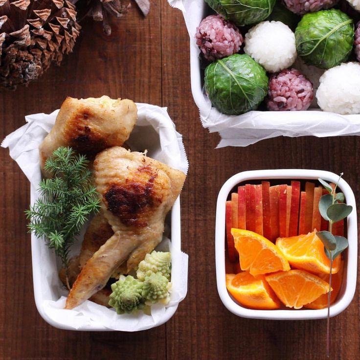 06 Dec 2015 Today's bento. Early small Christmas  Rice balls Grilled Chicken wings which I removed bones and stuffed potato salad. Steamed romanesco broccoli. Fruits . ・ 休日のお出かけ用だったお弁当。 そんな気配は全くない我が家ですが 少しだけクリスマス気分で 手羽先は骨を抜いて、手羽餃子の要領で菜の花のポテトサラダを詰めてから焼いています。 クリスマスには、拔いた骨で出したスープでピラフを炊いて詰めてもいいなぁと思っています☺︎ 結局家族でストーブの前から動けず、家でお弁当でした ・ ・ 12/6 家弁 おにぎり 手羽餃子のような手羽先 ロマネスコの塩蒸し 写っていませんが、長ネギのオムレツ、きのこの柚子醤油焼き サラダ などを別に作りました。 ・ ・