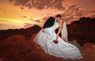 Bodas en Las Vegas | Boda en Valle de Fuego La piedra arenisca de fuego roca roja del Valle de Fuego ofrece un escenario espectacular para una romántica boda de Las Vegas. Con el transporte en limusina privada, los servicios de un fotógrafo profesional y derechos de licencia incluido, usted puede relajarse y estar libre de preocupaciones en su día especial.  http://lasvegasnespanol.com/bodas/valle-de-fuego-boda.php