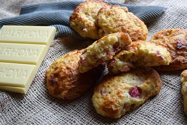 Søde og sprøde scones med syrlige rabarber og skøn hvid chokolade. Det fås næsten ikke mere sommerligt. Scones er nemme at bage selv, kræver meget kort tid og så kan de tilsættes din favorit fyld.…