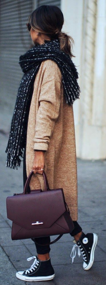 Fall trends | Longline cardigan, sneakers, scarf, handbag: