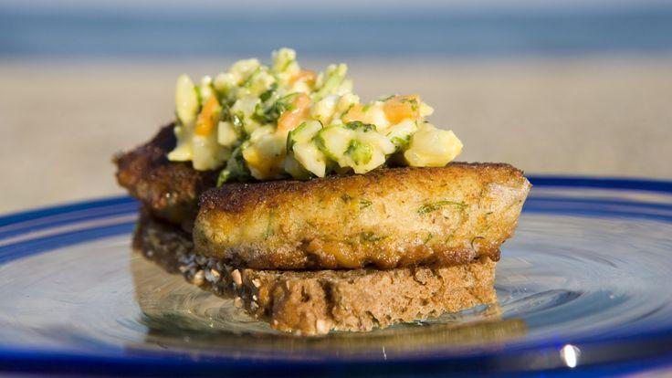 I Smaken av Danmark får vi oppskriften på hjemmelagde fiskekaker. De serveres enkelt på en skive rugbrød med en frisk remulade på.